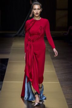 See the complete Atelier Versace Fall 2016 Couture collection.
