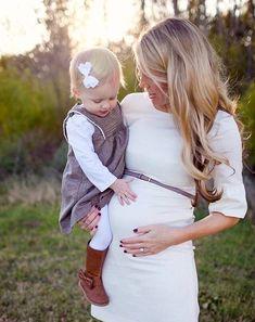 Embarazada con su hija pequeña