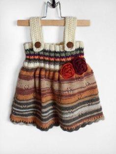 Askılı çizgili şişle örülen kız bebek elbise modeli
