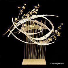 tall wire design with floating shapes Contemporary Flower Arrangements, Unique Flower Arrangements, Ikebana Flower Arrangement, Ikebana Arrangements, Floral Centerpieces, Deco Floral, Arte Floral, Arreglos Ikebana, Flower Structure