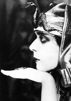 Silent Movie actress Theda Bara in the 1917 film Cleopatra. Vintage Hollywood, Hollywood Glamour, Hollywood Stars, Classic Hollywood, Silent Film Stars, Movie Stars, Vintage Photographs, Vintage Photos, Divas