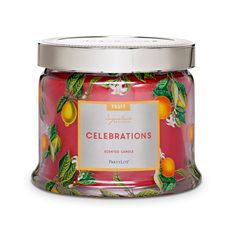 Ylelliset karpalon, punaisten hedelmien ja sitruksen sävyt kietoutuvat yhteen puun ja vaniljan tuoksujen kanssa heijastellen vuodenajan runsautta.