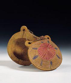CASTAÑUELAS Son dos tablitas cóncavas, generalmente de pequeño tamaño y sujetas con un cordón, que se manejan con una mano. Suelen fabricarse por parejas, llamándose desde el siglo XVIII macho al par que se toca con la mano izquierda y hembra al par que se lleva en la derecha. Algunas, por sus grandes dimensiones, se tocan sosteniéndolas bajo la cavidad de la mano; generalmente, sin embargo, se atan al dedo corazón o al pulgar. Casi siempre fue instrumento utilizado por danzantes, fuera en…