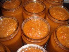 Cuketová pomazánka na topinky                                           Cibulku zpěníme na oleji, pak přidáme cuketu, česnek a ostatní suroviny. Nakonec kečup dle chuti. Dusíme asi 30 min, pak plníme skleničky a...