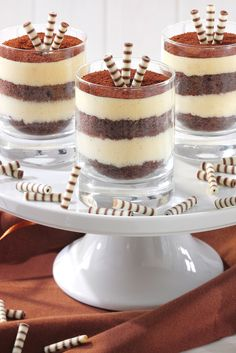 Banana Split im Glas Trifle Desserts, Dessert Cups, Dessert Sauces, Delicious Desserts, Dessert Recipes, Yummy Food, Chocolate Biscuit Pudding, Parfait Recipes, Party Finger Foods