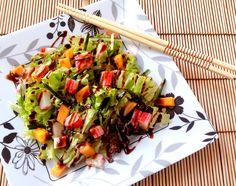 Salada califórnia (com pepino, manga, kani kama e molho tarê)