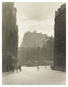 Edinburgh Castle from The Grassmarket, 1955 Old Town Edinburgh, Edinburgh Castle, Edinburgh Scotland, Grey Wallpaper Iphone, Great Britain, Vintage Photos, New York Skyline, City, Interesting Stuff