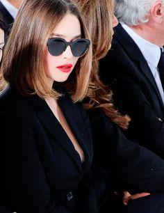 blunt bob & red lips on emilia clarke Emilia Clarke, Daenerys Targaryen, Khaleesi, Cool Haircuts, Cute Hairstyles, Natural Hair Styles, Short Hair Styles, Blunt Bob, Brunette Hair