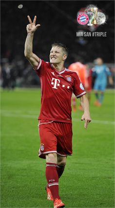 Bastien Schweinsteiger-- el jugador hace el gesto del triplete