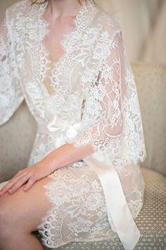 Perfekt angezogen für das Brautstyling: Morgenmantel aus Spitze.