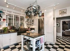 Gott om arbetsytor, två ugnar och charmigt svartvitt golv i köket. Foto: Engel & Völkers