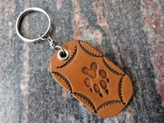 Key ring Paw print pet Hunting Genuine leather keyring keychain 17 Thick Leather, Natural Leather, Leather Keyring, Split Ring, Cowhide Leather, Key Rings, Hand Stamped, Birthday Gifts, Hunting