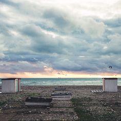 Un couché de soleil normand. les dernières cabanes de plage sonnent la fin de l'été au Havre. Normand, Le Havre, End Of Summer, Ciel, Architecture, Clouds, Outdoor, Beach Shack, Cabins