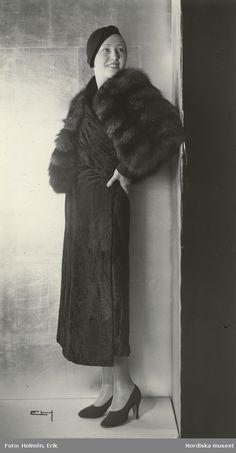 1932. Kvinna i mörk päls och svart hatt. Foto: Erik Holmén för Nordiska Kompaniet