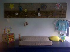 Wandbord van steigerhout met allerlei knoppen ter decoratie boven de commode #babykamer #stoer #robuust #handgemaakt