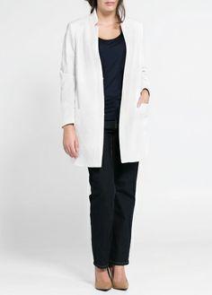 Mooie outfit, niet de kleuren, wel de modellen, openvallend jasje, 1 donkere kleur shirt en broek-> slankt af,   Recht model broek, niet te wijd, mango violeta jacquard jas wit