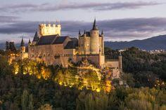 Palacio de cuento de hadas versión castellana, es decir, austera, y uno de los que inspiró el castillo de Blancanieves de Walt Disney. El Alcázar de Segovia, del siglo XII, ha sido fortaleza, palacio real, prisión de estado, Real Colegio de Artillería y Archivo Histórico Militar. Se convirtió en una de las residencias favoritas de los Trastámara, y en uno de los más suntuosos palacios-castillos del siglo XV. Aquí se proclamó reina Isabel la Católica, en 1474, y en su capilla tuvo lugar la…
