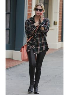 Ashley Benson    Look de star Boyfriend    La star de Pretty Little Liars préfère un look casual pour se détendre dans les rues de Los Angeles.