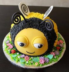 How To Make The Hive BuzzBee: Disney Birthday Cake Tutorial - http://www.decorationarch.net/creative-ideas/how-to-make-the-hive-buzzbee-disney-birthday-cake-tutorial.html