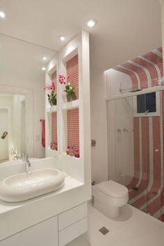 Pastilha azul em um banheiro branco?! Amamos esta aposta! Descubra mais: https://www.homify.com.br/espacos/banheiros
