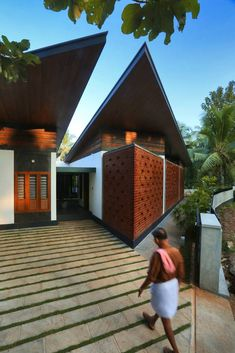 Courtyards Creating Memories At Kecherile Veedu | Finder Studio - The Architects Diary Modern Minimalist House, Modern House Design, Home Finder, Studio 24, Kerala Houses, Long Walls, Entrance Design, Amazing Architecture, Ground Floor