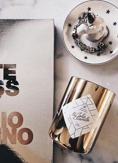 Comme @lorena.talavante, vous êtes fan des bijoux couleur or ? Cette bougie parfumée est faite pour vous ! Tel un lingot d'or, cette somptueuse et précieuse bougie va éblouir votre intérieur… Le plus ? Dans la cire de chaque bougie se cache un sublime bijou en argent (plaqué or pour ceux qui le souhaitent) serti de cristaux Swarovski©.  And for English people : #gold #candle #home #bedroom #decoration #woman #girl #room #ideas #living #modern #kitchen #house #gold