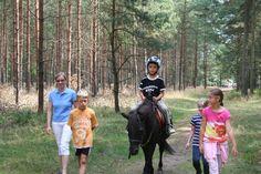 Im Wald mit dem Pony reiten - ein Traum für viele Kinder. Alle Infos zum Familotel Borchard's Rookhus gibt es hier: http://kinderhotel.info/kinderhotel/familotel-borchard-s-rookhus