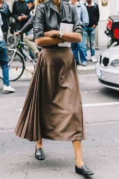 Midi skirt with side pleats street chic, street look, looks street style, s Fashion Mode, Look Fashion, Street Fashion, Autumn Fashion, Fashion Outfits, Womens Fashion, Net Fashion, Office Fashion, Italian Style Fashion