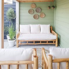 Bohemien terras | Buitenkijker | Onze woonstijl? De 'Tom & Melissa' stijl! Outdoor Sofa, Outdoor Furniture, Outdoor Decor, Porch Wall, Pool Bar, Rooftop Garden, Interior Garden, Porch Swing, Dream Garden