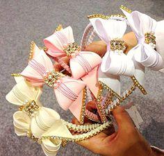 Tiara de luxo bordada para sua princesa. <br> <br>Informe modelo…