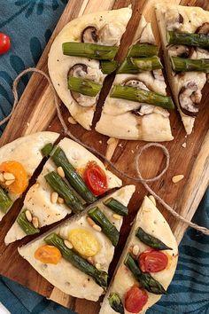 Grüner Spargel - Rezepte für Focaccia mit Spargel: Focaccia selber machen ist mit diesem Focaccia Rezept einfach. Passend zur Spargelsaison lassen sich die italienischen Fladenbrote mit grünem Spargel belegen und sind so ein leckeres Fingerfood Rezept. Finger Food Recipes, Flat Bread