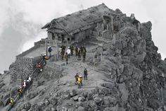 Вулкан Онтакэ на японском острове Хонсю в 200 километрах к западу от Токио считался потухшим. Однако в сентябре 2014 года вулкан неожиданно начал извергаться.