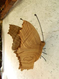 MOTÝL+Z+JERLÍNU+JAPONSKÉHO+Motýl+je+vyroben+z+jednoho+kusu+dřeva+Jerlínu+japonského,je+vybroušen+do+hladka+a+povrchově+upraven+mat.+tvrdovoskem+OSMO+Nožky+a+tykadla+kov+povrch+matna+černá+barva,+Motýl+je+vhodny+k+zavěšeni+na+skobu+stěna,trám+nebo+sloup+atd+Vhodne+do+bytu+nebo+altánu.Motyl+ma+signaturu+na+vnitřni+straně+křidla+.Jedna+se+o+limitovanou+serii.Každy+ma+sve...