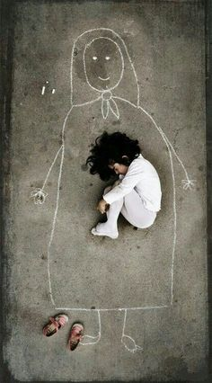 HOW is my mother Image by an Iraqi artist taken in an orphanage. This little girl has never seen her mother, so she drew a mom on the ground and fell asleep with her. <--- being like a mother to a girl like this is a dream Poesia Visual, Illustration, Jolie Photo, Black And White Photography, How To Fall Asleep, Little Girls, Art Photography, Lonely Girl Photography, Poverty Photography