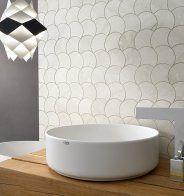 Une mosaïque écaille de poisson pour les murs de la salle de bains - Marie Claire Maison