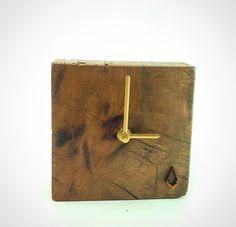 """Reloj de escritorio 14x14cm hecho de madera colorado manzano. Edición limitada.  Desktop clock 5""""x5"""" made of colorado manzano wood"""
