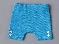 Avec ses petits boutons en bas des jambes, ce short facile à tricoter complètera la tenue de votre moussaillon. Un modèle Phildar printemps-été 2016.