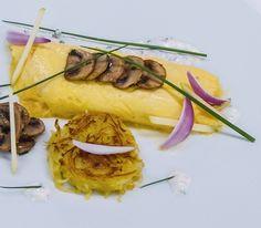 Omlet zawijany z pieczarkami podany z plackiem jabłkowo - ziemniaczanym #intermarche #ompet #pieczarki #ziemniaki #jabłka Tacos, Mexican, Beef, Ethnic Recipes, Food, Meat, Essen, Meals, Eten