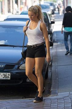 Ellie Goulding shows off her toned legs in tiny shorts Korean Celebrities, Celebs, Dougie Poynter, Tiny Shorts, Flawless Beauty, Ellie Goulding, Female Singers, Woman Crush, Beautiful Actresses