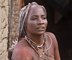 Eine traditionelle Himba Frau.
