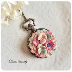 レース編みのお花で飾った懐中時計。ネックレスとバッグチャームのチェーンが付きます。 こちらも1/9からの個展で展示、販売します♡ #crochet #crochetflower #レース糸80番 #懐中時計 #lunarheavenly