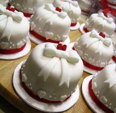 Mini Christmas Cakes, Christmas Cake Decorations, Fancy Cakes, Mini Cakes, Cupcake Cakes, Pretty Cakes, Beautiful Cakes, Valentine Cake, Tiny Food