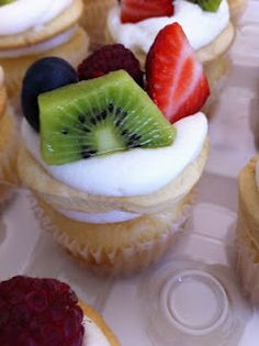 There's always a reason to bake!: Fruit Pizza Cupcake (NEW) Wendy Paul is amazing. :)