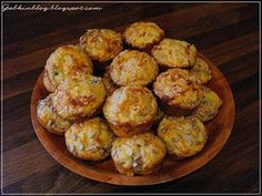 Slané muffiny 220 gr hlad múky 1 kypr prášok 2 KL soli 1 KL práš cukru 75 gr masla 2 vajcia 250 ml kyslej smotany 300 gr ľubovoľnej zeleniny - mrazená 150 gr tvrdého syra 220 gr šunky alebo salámy Múku zmiešame s kypr prášk, soľou a práš cukrom. Rozpustené maslo zmiešame s celými vajíčkami, kyslou smotanou, primiešame k múke. Vypracujeme cesto. Do cesta pridáme pokrájanú zeleninu, šunku a postrúhaný syr. Dochutíme Pečieme pri teplote 180°C 30 minút vo forme na muffiny Food And Drink, Homemade, Cookies, Ethnic Recipes, Blog, Cupcakes, Ideas, Basket, Crack Crackers