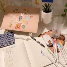 Desk Inspiration, Desk Inspo, Desk Organisation Student, Pinterest Room Decor, Student Room, Study Room Decor, Cute Desk, Pastel Room, Study Space