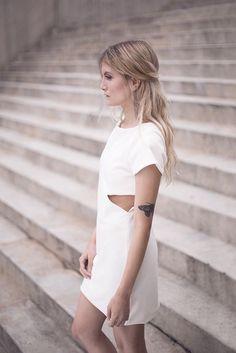 Vestido curto off-white com abertura lateral, feito em tecido estruturante. Destaque-se! Produzido no Brasil, por mulheres apaixonadas pelo fazem!