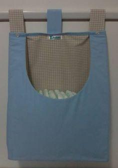Porta fraldas confeccionado em tecido 100% algodão e forro em manta acrílica fina. As cores podem escolhidas e os detalhes personalizados.  Consulte disponibilidade. *Valor unitário. **Ideal para varão. ***Produto lavável. R$ 42,90 Diaper Storage, Bag Storage, Couture Bb, Kit Bebe, Handmade Baby Gifts, Baby Shawer, Baby Suit, Baby Poses, Baby Crafts