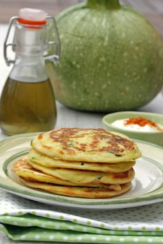 Zucchini and yogurt sauce pancakes - the sweet treats of the Praline family - Here is a magic recipe which is unanimous and that even there is zucchini in it ! Easy Chicken Recipes, Easy Healthy Recipes, Low Carb Recipes, Crockpot Recipes, Easy Meals, Zucchini Patties, Zucchini Pancakes, Vegan Breakfast Recipes, Lunch Recipes