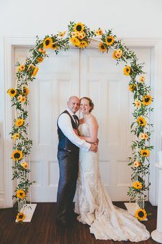 They took inspiration from the seaside setting for their wedding, Fall Sunflower Weddings, Sunflower Wedding Decorations, Wedding Arch Flowers, Floral Wedding, Rustic Wedding, Fall Wedding Arches, Wedding Types, Theme Color, Wedding Arrangements