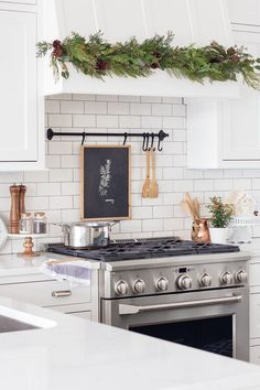 Modern Kitchen Interior Christmas kitchen decor Copper dish holder, salt pepper on marble stand, holder above range oven - Christmas Kitchen decor - fresh greens and touhces of Christmas in this white kitchen. Beautiful faux garland along range hood. Diy Kitchen Decor, Interior Design Kitchen, Diy Home Decor, Kitchen Ideas, Decorating Kitchen, Christmas Kitchen Decorations, Copper Kitchen Decor, Kitchen Designs, Room Decor